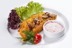 Cr?pes avec des champignons de potiron et de porcini d'un plat blanc photos stock