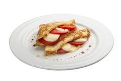 Cr?pes de petit d?jeuner avec du mozzarella et des tomates photographie stock libre de droits
