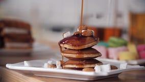 Cr?pes faites maison d?licieuses avec le sirop de chocolat Concept des dessers et des bonbons clips vidéos
