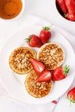 Cr?pes faites maison de fromage blanc de ThreeTasty avec des fraises sur le dessus sain savoureux de concept de petit d?jeuner de images stock