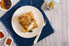 Cr?pes sensibles d?licieuses avec le fromage blanc, la vanille et les raisins secs d'un plat D?jeuner sain photo stock