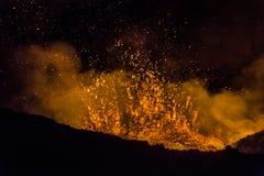 Cr?ter de entrar en erupci?n el volc?n Tolbachik, pen?nsula de Kamchatka, Rusia imagenes de archivo