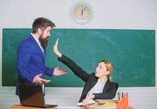 Cr?ticas y concepto de la objeci?n El profesor quisiera que el hombre cerrara para arriba Cerrado por favor para arriba Cansado d fotos de archivo libres de regalías