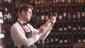 Cr?tico sumergido del alcohol que mira fijo en el vino almacen de video