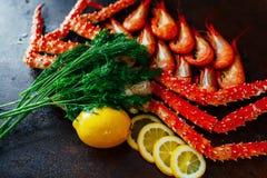 Crab com camarão em uma luz do dia com limão e aneto Fotografia de Stock
