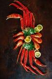Crab garras e camarão com limão e aneto Imagens de Stock