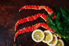 Crab garras e camarão com limão e aneto Fotos de Stock Royalty Free