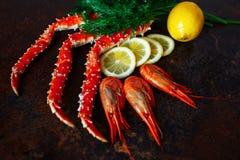 Crab garras e camarão com limão e aneto Imagem de Stock
