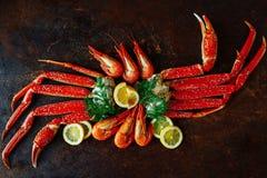 Crab garras e camarão com opinião superior do limão e do aneto Fotografia de Stock