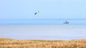 与Crabber小船和风风筝的北海海岸 免版税库存照片