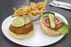 Crabcake汉堡用炸薯条 免版税库存图片