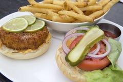 Crabcake hamburgare med pommes fritescloseupen Arkivbild