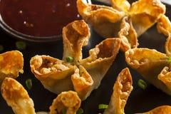 Crabe asiatique Rangoons avec la sauce aigre-doux images libres de droits