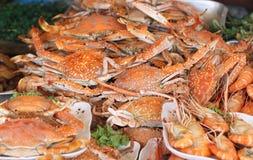 Crabe bleu cuit au four de nageur dans un restaurant images libres de droits
