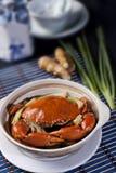 Crabe entier cuit ? la vapeur aux oignons verts Images stock
