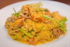 Crabe frit en cari jaune, cari fait sauter à feu vif de crabe dans le menu thaïlandais de nourriture Photographie stock
