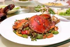Crabe frit par émoi avec le curry dans le restaurant photos libres de droits