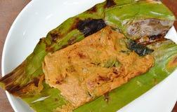 Crabe grillé de fleur avec la pâte de cari dans la feuille de banane du plat Images libres de droits