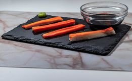 Crabe préparé pour des sushi avec le soja photos libres de droits