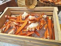 Crabe sur la glace dans le seau en bois image libre de droits