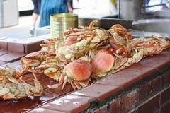 Crabes frais au marché extérieur Image stock