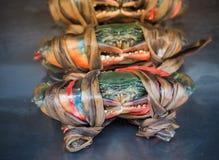 Crabes frais montrés sur un marché de fruits de mer photographie stock