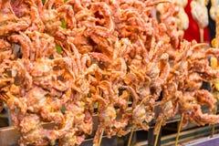 Crabes mous cuits à la friteuse de coquille sur le bâton photo libre de droits