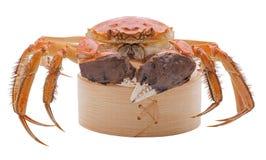 Crabes velus sur le vapeur en bambou d'isolement dedans Photos stock