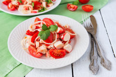 Crabmeat sałatka z pomidorami i cebulą Zdjęcia Stock