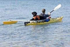 Crabot d'eau portugais sur le kayak jaune Images stock