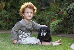 Crabot d'enfant en bas âge et d'animal familier Image stock