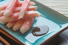 Crabsticks crus frais de sushi de plat avec des baguettes Photos stock