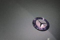 Crachá de Mercedes em um carro cinzento Fotografia de Stock Royalty Free
