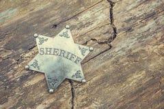 Crachá do xerife no fundo de madeira fotografia de stock