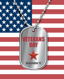 Crachá dos soldados no fundo da bandeira do Estados Unidos Dia de veteranos Foto de Stock