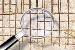 Cracked усилил бетонную стену - изображение концепции увиденное через лупу иллюстрация вектора