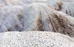 Cracked smutsar nära mudvolcanoesna i Buzau, Rumänien Arkivfoto