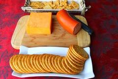 Cracker aptitizer mit Käsehintergrund Lizenzfreie Stockbilder