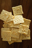 Cracker auf einem hölzernen Hackklotz Stockfoto