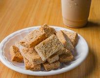 Cracker auf Plastikplatte Stockfoto