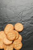 Cracker auf schwarzem Granit Lizenzfreie Stockbilder