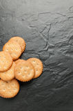 Cracker auf schwarzem Granit Lizenzfreies Stockfoto