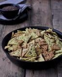 Cracker casalinghi con seme di lino, spuntini, aperitivo closer immagini stock libere da diritti