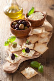 Cracker con formaggio a pasta molle ed olive Aperitivo sano Fotografia Stock