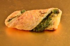 Cracker con l'insalata di tonno sul piatto di legno immagini stock