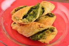 Cracker con l'insalata di tonno sul piatto di legno immagini stock libere da diritti