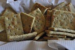 Cracker con la merce nel carrello del condimento con la fodera bianca immagini stock
