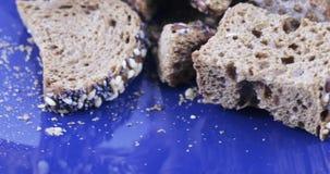 Cracker dal pane di segale video d archivio