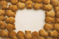 Cracker dei biscotti sotto forma di pesce su un fondo bianco Immagini Stock
