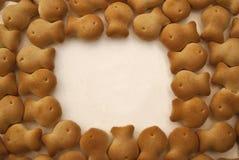 Cracker dei biscotti sotto forma di pesce su un fondo bianco Fotografie Stock